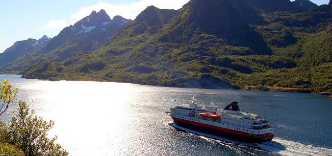 Navegar por la costa de Noruega con el barco Hurtigruten